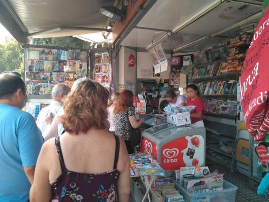 Warteschlangen an einem Kiosk der Plaça d'Espanya in Palma.