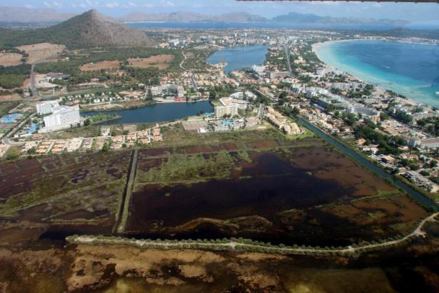 Blick aus der Luft auf die Landstraße bei Playa de Muro.
