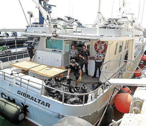 Polizeibeamte an Bord der HCH-X.
