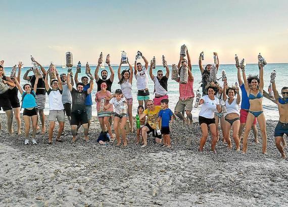 Die Aktivisten der Gruppe NMCS zeigen am Strand von Cala Millor ihre Ausbeute an gesammelten Zigarettenstummeln.