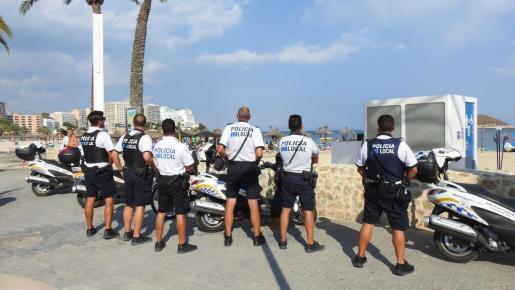Die Lokalpolizei in Calvià kontrolliert vermehrt an den Stränden.
