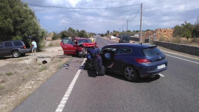 Durch die Wucht des Aufpralls wurden die Autos schwer beschädigt.
