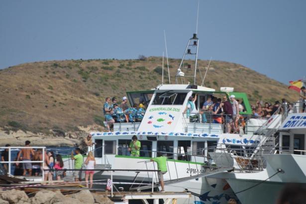 Blick auf ein Partyboot in Magaluf.