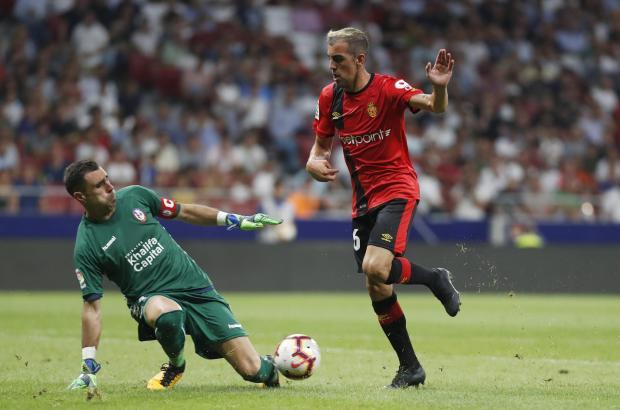 Real-Stürmer Carlos Castro gegen Majadahonda-Keeper Basilio. Castro schoss das 1:0 für die Mallorquiner.