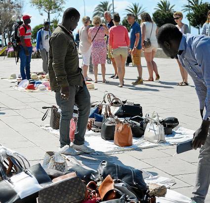 Illegale Straßenhändler im Parc de la Mar auf Mallorca.