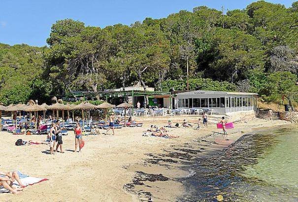 """Das """"Es Repòs"""" liegt am Rand der kleinen Bucht von Portals Vells und serviert insbesondere Fisch- und Reisgerichte. Das Ambiente"""