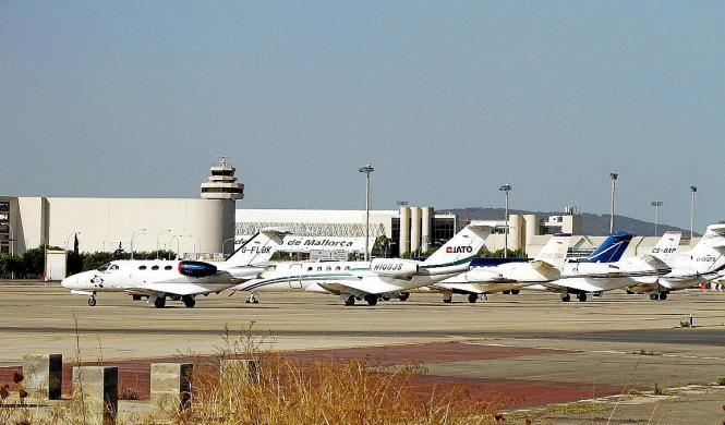 Wer an Palmas Flughafen vorbeifährt, kann einen Trend feststellen: Die Zahl der dort geparkten Privatjets steigt seit Jahren kon