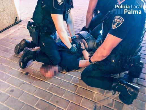 Der Angreifer wurde von Beamten der spanischen Nationalpolizei und der Lokalpolizei in Palma außer Gefecht gesetzt.