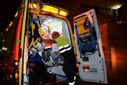 Das Archivfoto vom August 2018 zeigt die Versorgung eines Balconing-Opfers durch Notärzte in Magaluf.