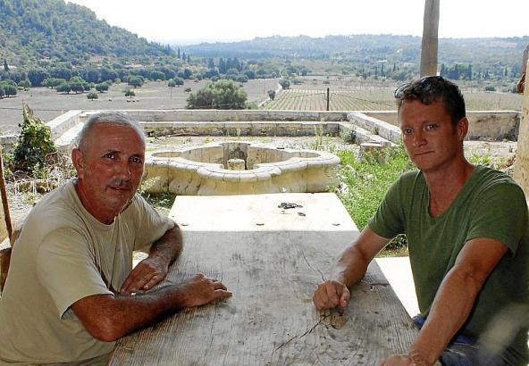 Der Brite Josh Brown (rechts) mit dem mallorquinischen Trockenmauerspezialisten Jame Femenies.