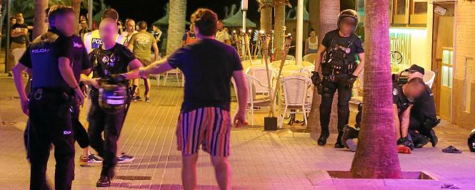 Rechts im Bild wird der Messerstecher von den Polizisten außer Gefecht gesetzt.