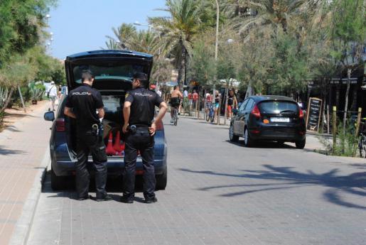 Das Archivbild zeigt Polizeibeamte bei einem Einsatz auf der Meerespromenade an der Playa de Palma.