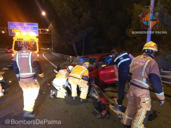 Zahlreiche Rettungskräfte waren an der Unfallstelle im Einsatz.