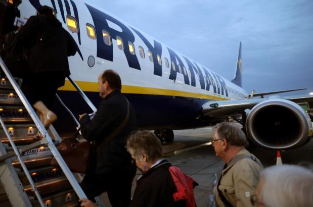 Passagiere besteigen einen Ryanair-Jet.