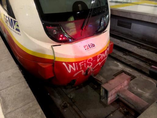 Der Triebwagen des Personenzuges wurde durch den Zusammenstoß mit dem Prellbock beschädigt.