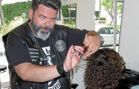 Normalerweise steht Markus Schmitt nicht mit schwarzer Leder-Kutte in seinem Salon in Cala Millor. Für den MM-Fotografen streift