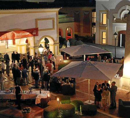 Wie im vergangenen Jahr wird für die Teilnehmer des Turniers der Abend wieder mit einem Drink auf der Plaza Pedro Otzoup, dem Ei