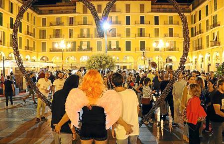 Auch auf der Plaça Major bekommen die Besucher der Nit de l'Art einiges zu Gesicht.