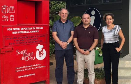 Vertreter der Stiftung präsentierten den Kleidercontainer, in dem Sachen für Obdachlose gesammelt werden sollen. Von links: Dr.