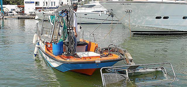 Dieses Müllboot kommt in Mahón auf Mallorcas Schwesterinsel Menorca zum Einsatz.