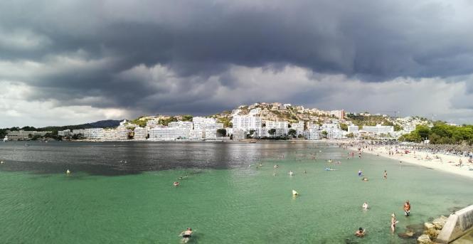 In Santa Ponça lassen die Wolken gleichwohl die Sonnenstrahlen hindurch und verlocken zum Baden im Meer. Das Foto entstand zu Wo