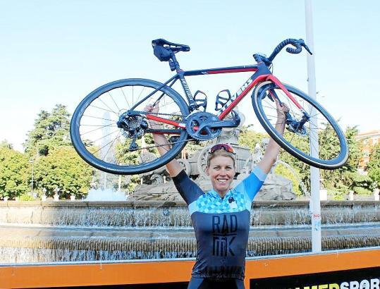"""Die 32-jährige Monika Sattler hat als erste Frau die Rad-Tour """"Vuelta España"""" gemeistert."""