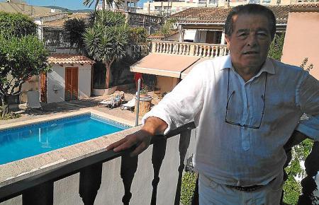 Der Präsident der Anwohnervereinigung, Antoni Fernández. Im Hintergrund ist der Gartenbereich des Nachbarhauses zu sehen.