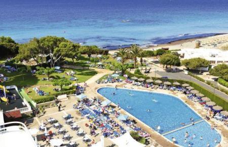 Blick auf den Pool des Hotels Victoria Playa.