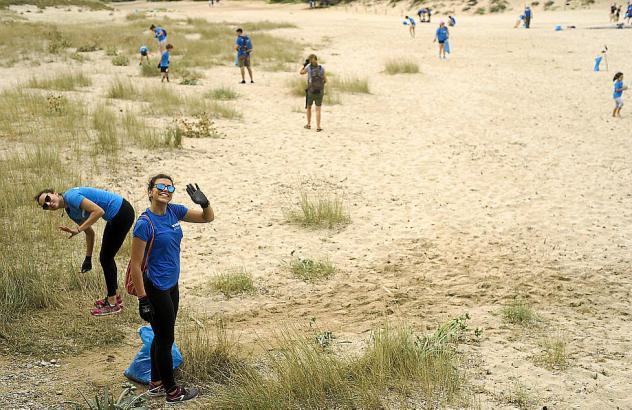 Rund einhundert Freiwillige der Naturschutzorganisation GOB haben Strände wie den an der Cala Torta von 214 Kilogramnm Plastik b