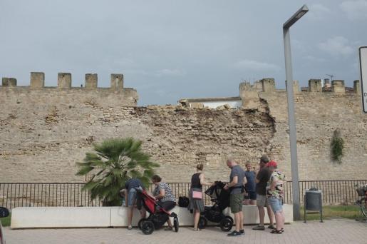 Schaden an der historischen Stadtmauer von Alcúdia auf Mallorca.