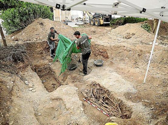 Archäologen bei der Arbeit auf dem Friedhof von Marratxí.
