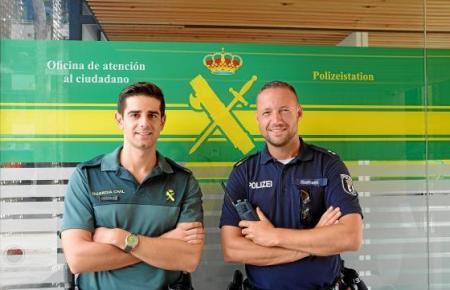 Der Berliner Polizeioberkommissar Tim Ilsemann (rechts) geht in Cala Rajada unter anderem mit seinem Guardia-Civil-Kollegen Dani