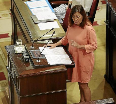 Auch mal mit erhobenem Zeigefinger: Die Balearen-Präsidentin Francina Armengol (PSOE) sprach zu den Parlamentariern.