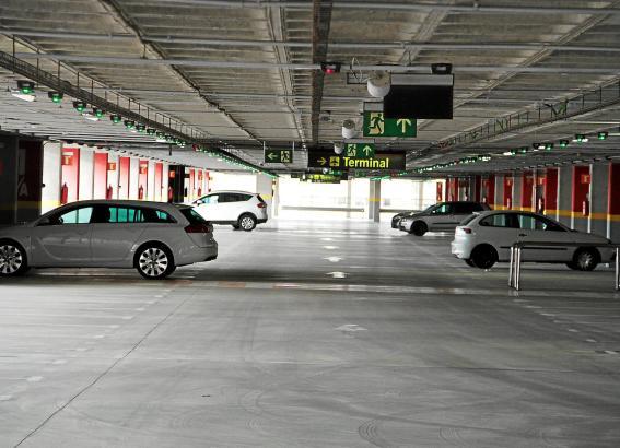 Neben den Langzeitparkplätzen im Flughafenparkhaus gibt es auch bewachte Stellplätze außerhalb. Wer nicht zu Fuß gehen möchte, k