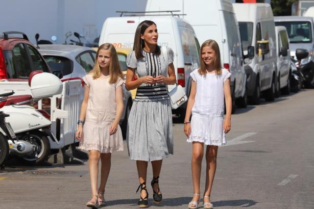 Erst im Juli und August war die spanische Königsfamilie auf Mallorca mehrfach gesichtet worden. Nun kommt Königin Letizia (Mitte