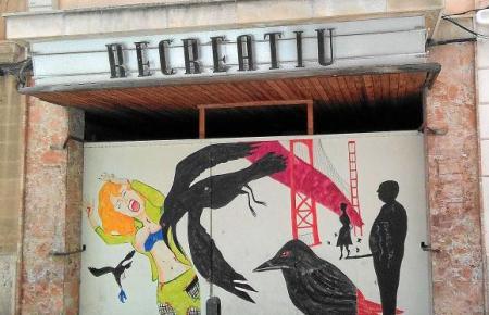 """Der markante Eingangsbereich des """"Teatre Recreatiu"""" in Llucmajor ist seit Jahren verriegelt."""