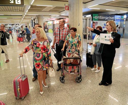 Spanische Senioren-Touristen bei ihrer Ankunft in Palma.