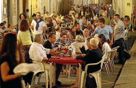 """Das Abendessen im Freien (""""Sopar a la fresca"""") lockt die Bevölkerung am Freitagabend auf die Straßen."""