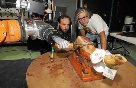 Una máquina, programada por Cut & Go para cortar jamón, se medirá al cuchillo de Juan Antonio Viana.