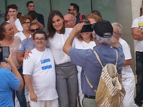 Königin Letizia nebst Monarchie-Fans vor dem Berufsbildungszentrum.
