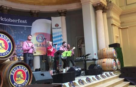 """Zum Oktoberfest-Auftakt in Palma spielten """"Eva&The Hurricanes"""" aus Prag Festzeltmusik."""