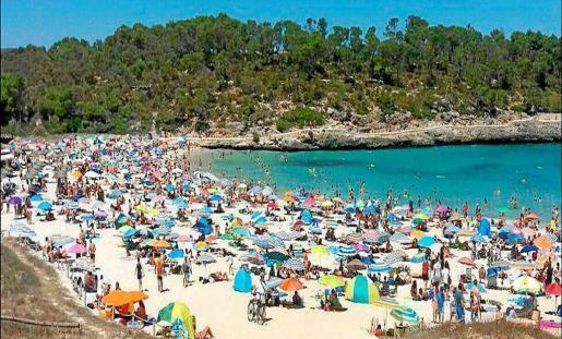 Der Traumstrand Cala Mondragó ist im Sommer gut besucht - und laut Umweltschützern in Gefahr.