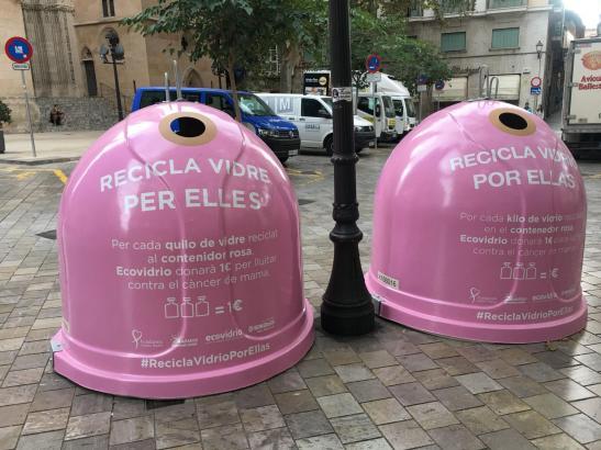 Wie hier auf der Plaça de Santa Eulália wird am Mittwoch in Palmas Altstadt Altglas für die Brustkrebshilfe gesammelt.