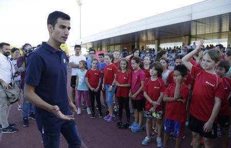 Mario Mola mit seinen jungen Fans in Magaluf.