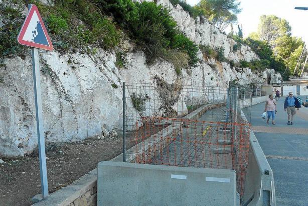 Ein Teil des Hafens von Porto Cristo musste wegen einer instabilen Felswand bereits seit einiger Zeit eingezäunt werden.