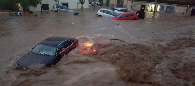 Die Fluten rissen in Sant Llorenç des Cardassar Autos mit.