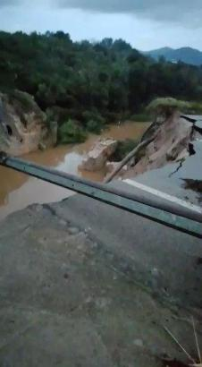 Zerstörte Straße bei Colònia de Sant Pere auf Mallorca.