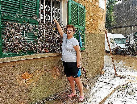 Antònia Santandreu zeigt, wie hoch das Wasser stieg.