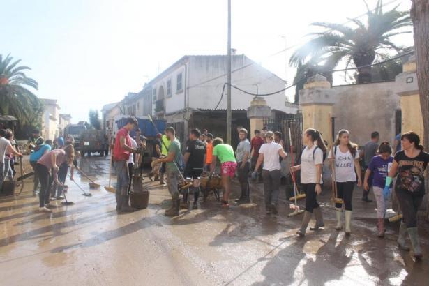 Am Feiertag kamen hunderte Mallorquiner, um in Sant Llorenç mitanzupacken.