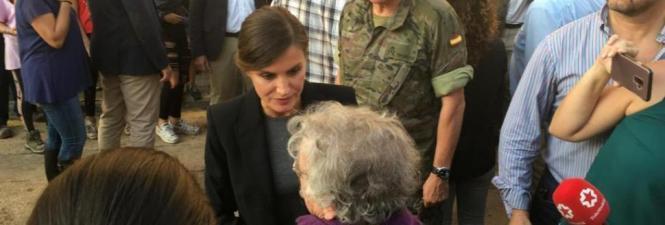 Königin Letizia im Gespräch mit Anwohnern.
